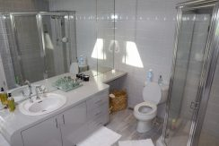 60WhitesLn_MasterBathroom1